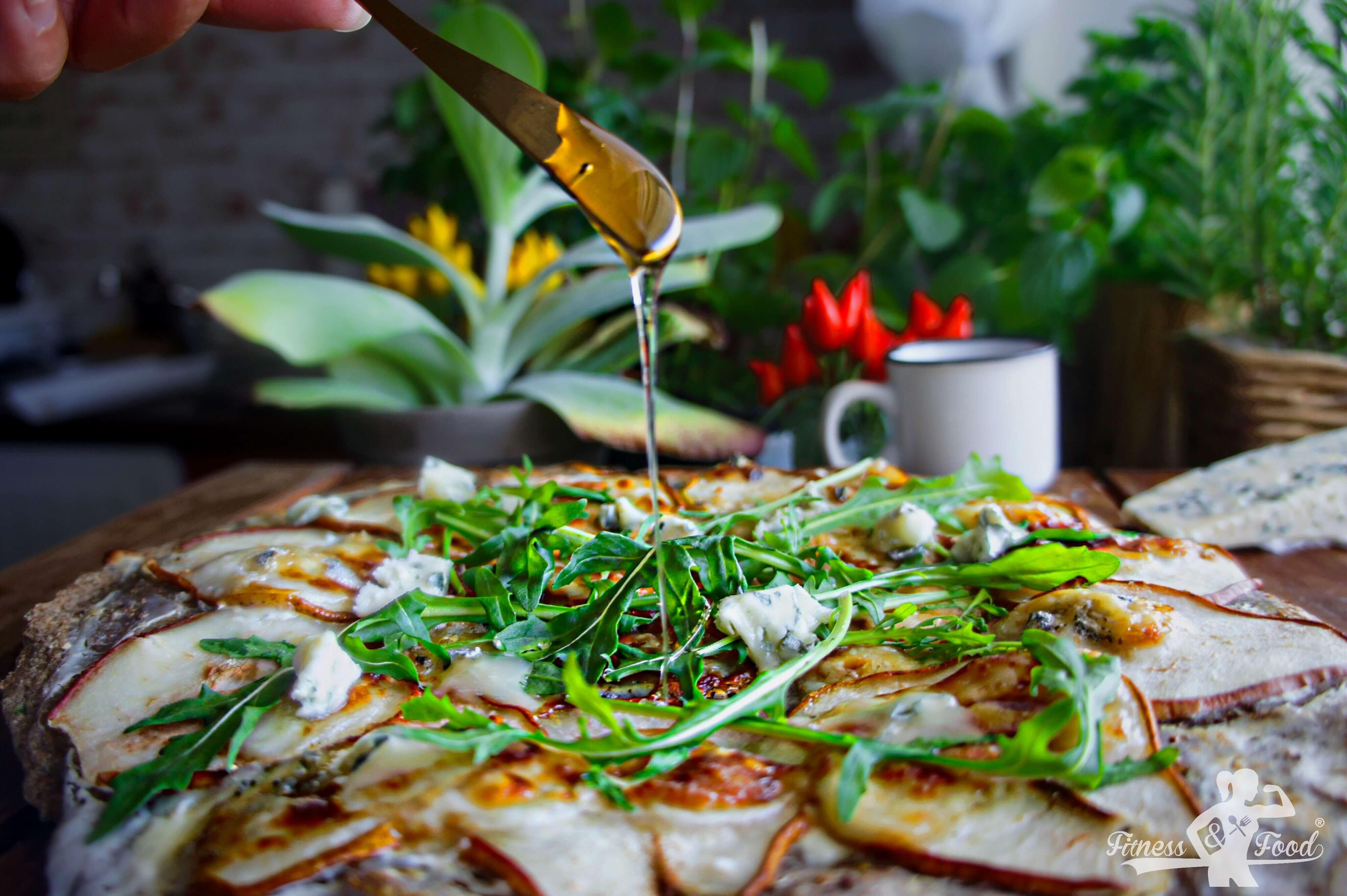 Gesunde Pizza mit Birnen und Gorgonzola