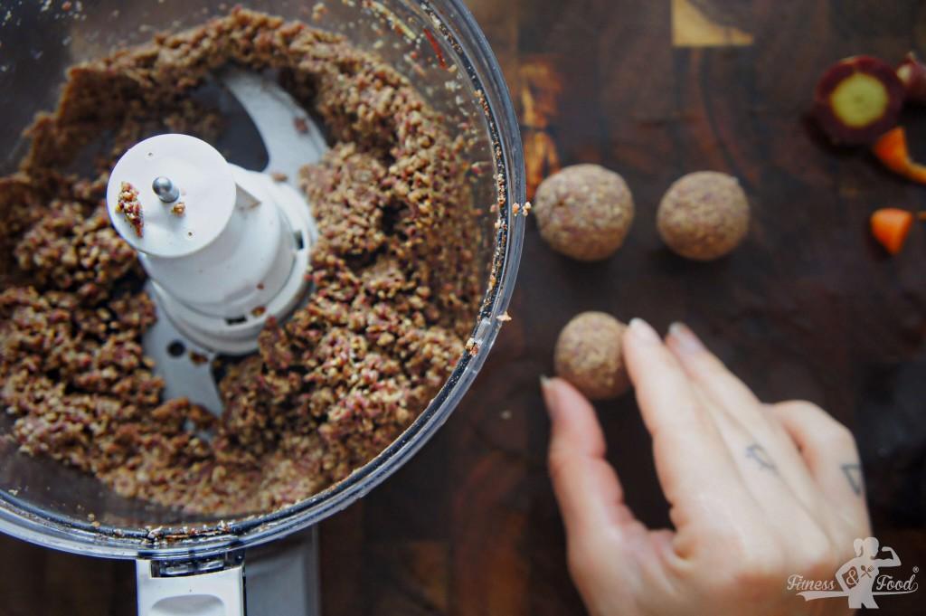 aus der Masse werden kleine Bällchen geformt